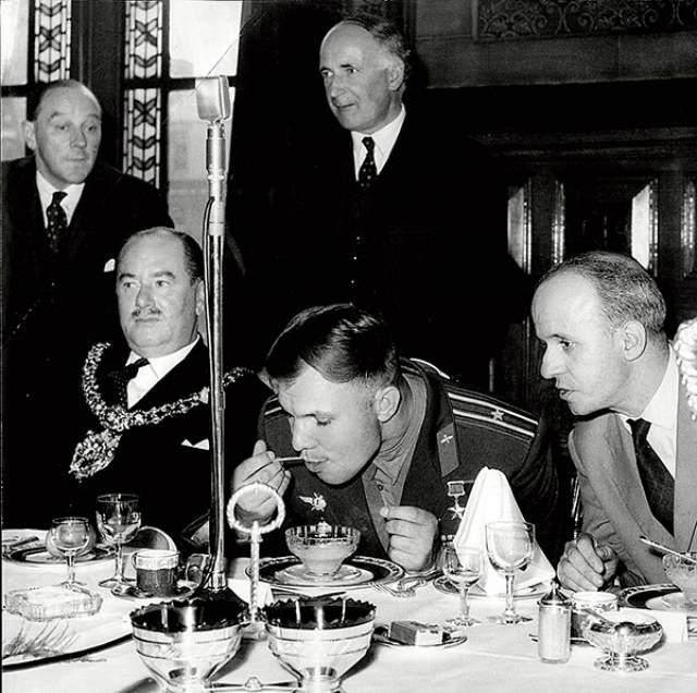 Юрий Гагарин , видимо, голодный.