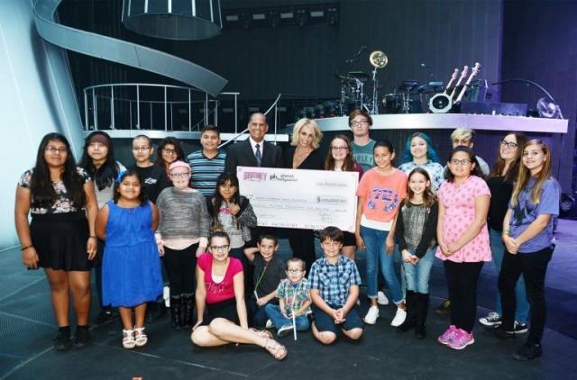 Спирс пожертвовала 2 миллиона долларов на помощь тем людям, чьи родственники и друзья погибли во время атак 11 сентября 2001 года.