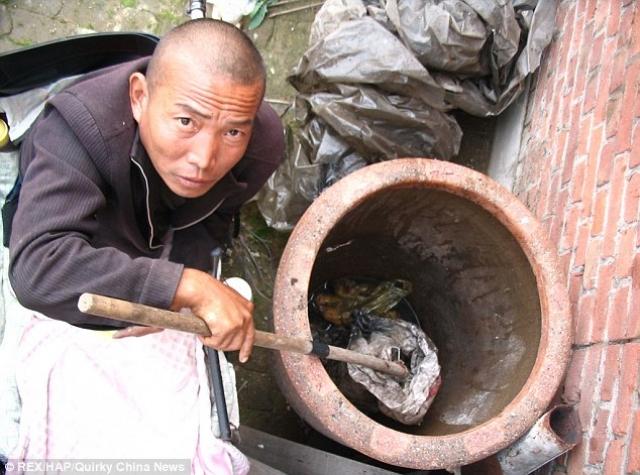 Чжэн Яньлян. Живя в Китае в 2012 году, человек по имени понял, что он не может заплатить за операцию по удалению артериальной эмболии в ноге.