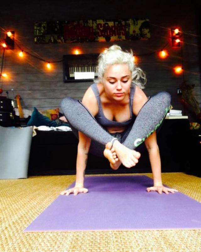 Майли Сайрус. Удивительно, но скандальная певица-непоседа - большая поклонница йоги.
