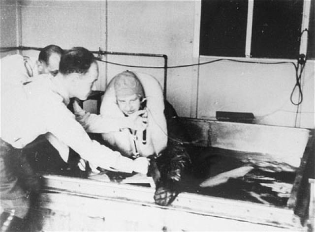 В 1941 году люфтваффе провели серию экспериментов для изучения гипотермии. Подопытных на три часа помещали в резервуар, наполненный холодной водой со льдом, либо голыми несколько часов держали на улице при очень низкой температуре.