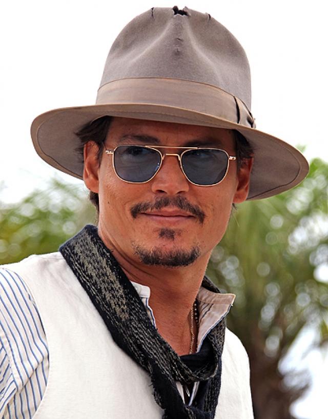 """Джонни Депп предстал в Каннах в """"простреленной"""" шляпе."""