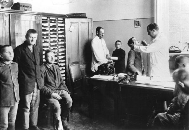 Эксперименты проводились при помощи рентгена, хирургии и различных лекарственных средств. В ходе опытов были стерилизованы тысячи человек.