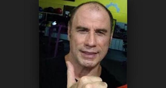 """За последние несколько лет актер набрал лишний вес, а в совокупности с потерей волос и заметным применением макияжа это привело к тому, что таблоиды нарекли Траволту """"шутом Голливуда""""."""