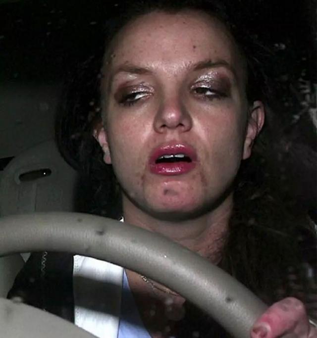 В таком виде Бритни даже водила авто.