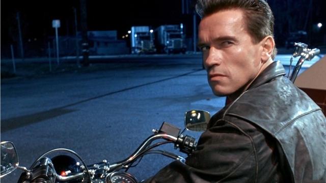 """Арнольд никогда не моргал в """"Терминаторе 2"""", справившись с этой задачей после долгих тренировок. По его словам, сложнее всего было не моргнув, стреляя из ружья."""