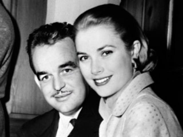 """Во время съемок фильма с Альфредом Хичкоком """"Поймать вора"""" Грейс впервые встретилась с князем Монако Ренье III. Популярности она предпочла тихое семейное счастье и в 1956 году вышла замуж за князя Ренье."""