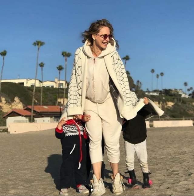 О том, что 17 июня 2014 года Марика родила сына Акима, все узнали благодаря подруге звезды – дизайнеру Маше Цигаль, которая поспешила поздравить телеведущую. А в 2016 году Мария Кравцова родила дочь Веру.