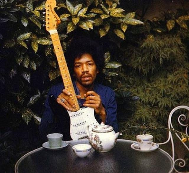 Джими Хендрикс скончался 18 сентября 1970 года. Несколько фото с гитарой, сделанных его подружкой, стали последними изображениями музыканта.