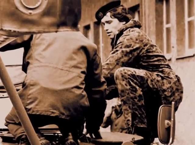 """Однажды Шварценеггер ушел в самоволку, чтобы принять участие в конкурсе """"Юниорский Мистер Европа"""". Он выиграл соревнования, но был приговорен к недельному заключению в военной тюрьме. Всего Шварценеггер прослужил год, как того требовали австрийские законы."""