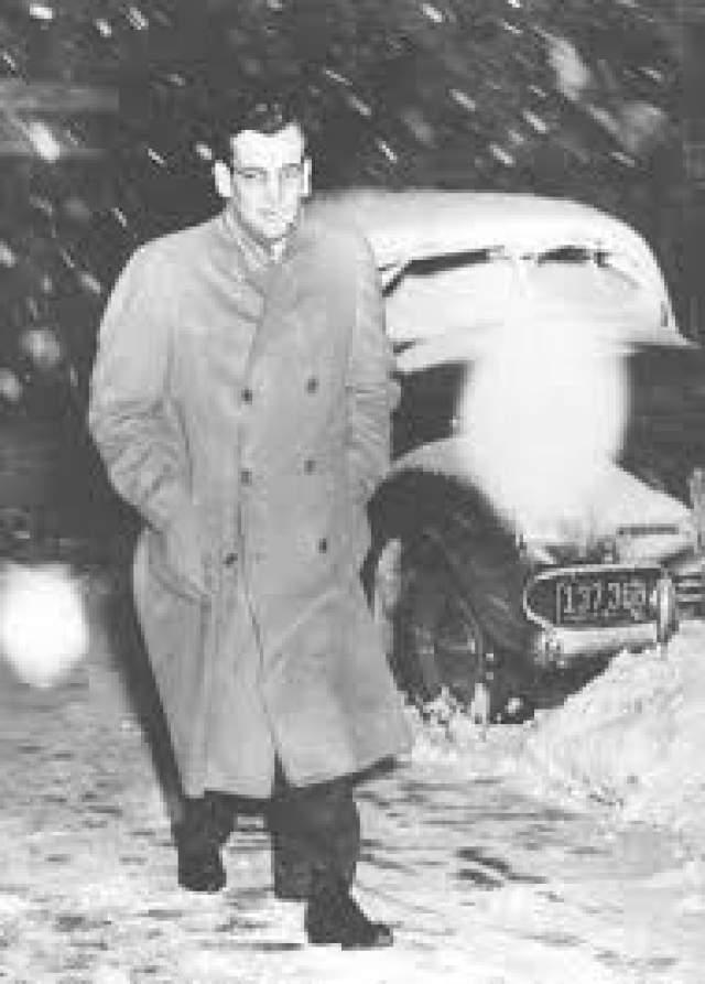 Его второй пилот Фред Шоу рассказал тогда прессе, что на борт, в котором Гленн Миллер летел в Париж, обстреляли бомбами, сброшенными в Ла-Манш его эскадрильей.