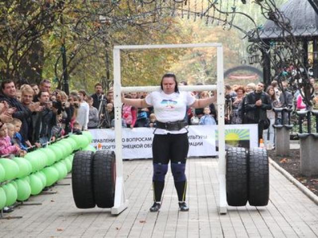 Украинка Нина Геря на своем примере доказала, что женщины вовсе не слабый пол. При росте чуть более 180 см и весе в 110 кг девушка за минуту пять раз перебросила гранитный шар (весом 120 кг) через препятствие высотой 1, 25 метра.