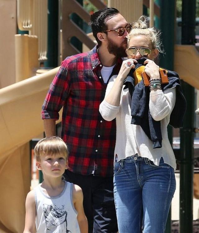 По данным инсайдеров, выбор Кейт одобряют и ее дети, и ее мама, Голди Хоун, и отчим Курт Расселл..