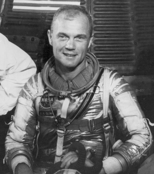 """Джон Гленн. 26 февраля 1962 года астронавт на корабле """"Меркурий-Френдшип-7"""" сфотографировал неопознанный сигарообразный объект, рядом с которым находился яркий источник света."""