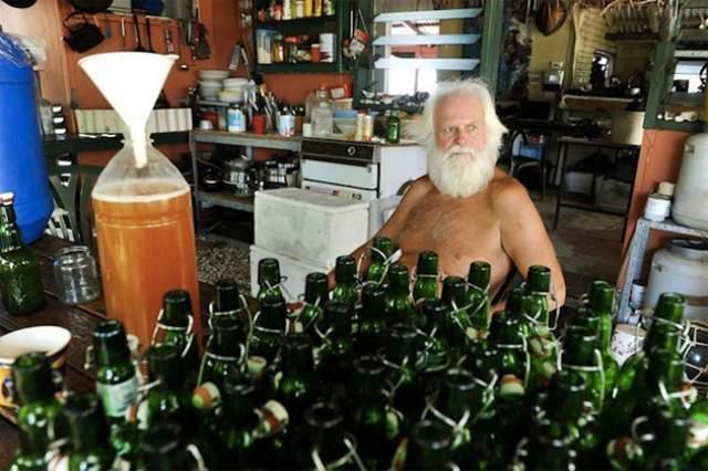 Также Глэшин выращивает овощи, ловит рыбу и крабов, собирает кокосы и варит себе пиво.