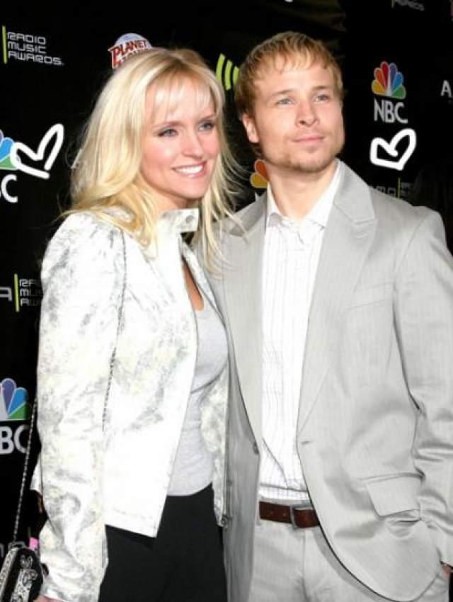 Лейханн Литтрелл , супруга певца группы Backstreet Boys Брайана Литтрелла, также значилась в списках пассажиров, но не полетела.
