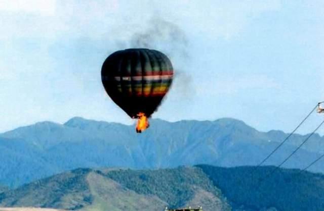 7 января 2012 года в деревушке Картентон в новой Зеландии совершался романтический полет для пар. На этом фото запечатлён момент столкновения воздушного шара с линией электропередач. 33 тысячи вольт заставили жжёный газ загореться. Пожар охватил весь воздушный шар.