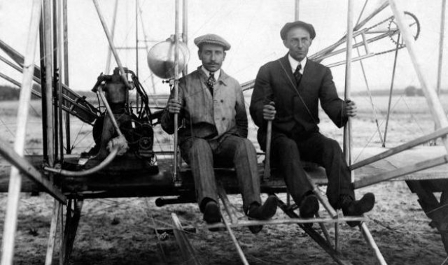 Там же они сконструировали и собрали первый в мире летательный аппарат, который представлял собой ничто иное как велосипед с приделанными к нему крыльями.
