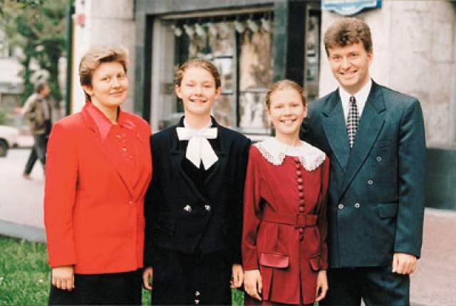Сестры Князевы. Анжела и Диана Князевы - дети мамы-педагога, которая занималась с ними по собственным методикам раннего развития. В результате обе окончили школу в 11 и 10 лет.