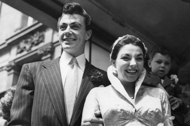 """Джоан Коллинз (пять браков). Звезда сериала """"Династия"""" впервые вышла замуж за актера Максвелла Рида . Они поженились в 1952 году, развелись в 1957 году. Актрисе пришлось выйти за него, чтобы избежать гнева своего строгого отца относительно их отношений."""