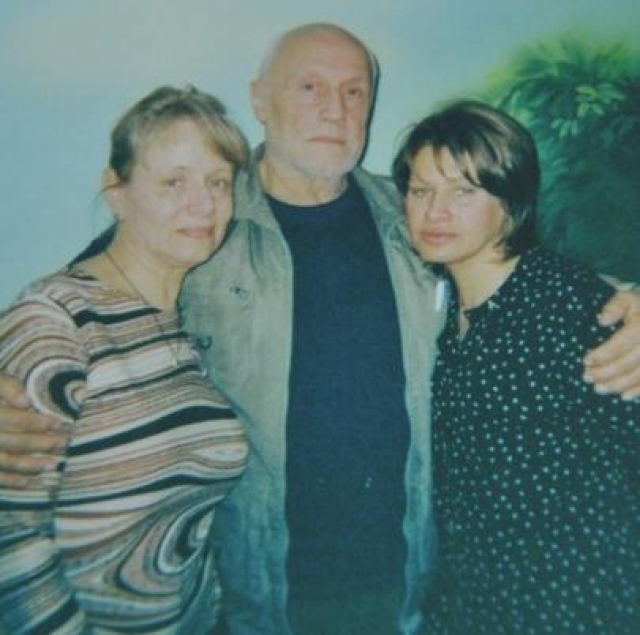 А делить было что: особняк на Рублевке, две квартиры в Москве, две машины, банковские счета. Поскольку супруги были бездетны, битву за наследство устроили дальние родственники.