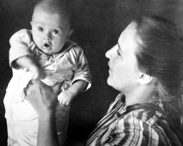 Нонна Мордюкова с сыном Василием, отцом которого был Вячеслав Тихонов.