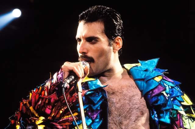 """Фредди Меркьюри. Вокалист группы """"Queen"""" большую часть времени носил характерные усы."""