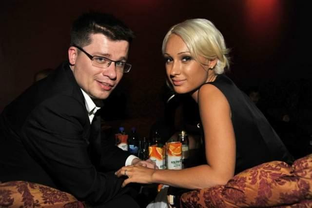 Однако Кристина забеременела и Гарик сделала ей предложение, хотя официально не был разведен. Юлия Лещенко этой новости не обрадовалась и начала мстить экс-супругу.