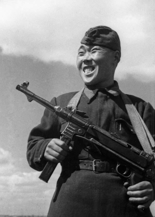 Немцы установили за голову Максима Пассара награду в 100 тысяч марок, на него охотились снайперы противника. Один такой, пытаясь обмануть таежного охотника, высунул из окопа надетую на палку каску. Пассар в бинокль убедился, что это подсадка, и не стрелял. Тогда немец высунулся сам и получил пулю в лоб.