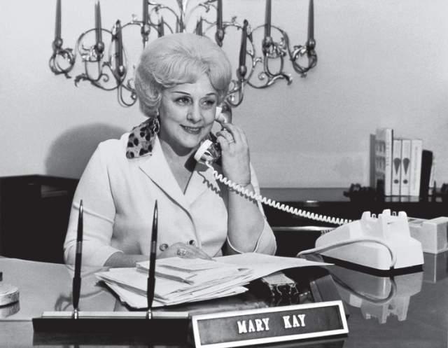 """Мэри Кэй Эш, основательница Mary Kay. Еще в 45 лет она была рядовым """"продажником"""" в WorldGiftCompany."""
