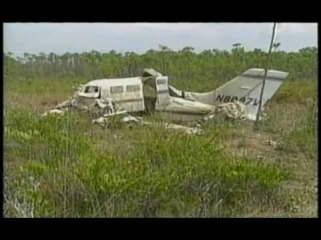 Единственный готовый к полету самолет был чересчур мал для всего оборудования и девяти человек из съемочной группы. И через несколько минут после взлета он рухнул. Все пассажиры погибли.