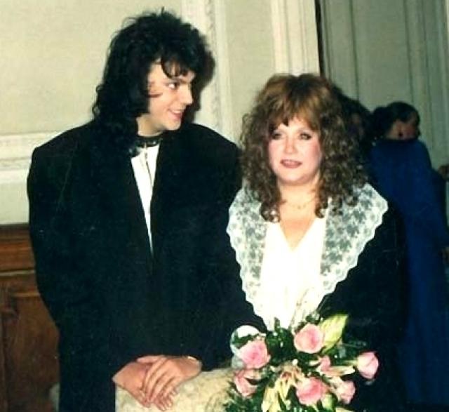 Пугачева и Киркоров поженились совершенно неожиданно, во время гастролей Филиппа в Санкт-Петербурге в марте 1994 года.
