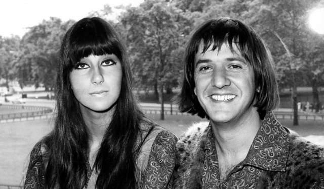 При этом второй раз Шерилин Саркисян (настоящее имя звезды) вышла замуж сразу после развода, но прожила вместе с музыкантом Гэрри Оллманом лишь четыре года. Больше замуж она не выходила.