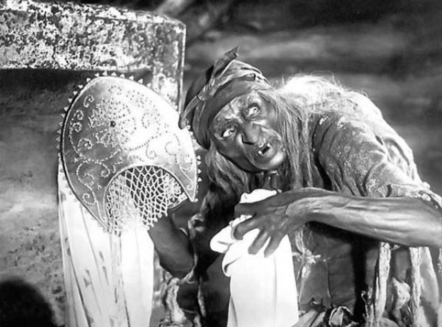 Георгий Милляр родился в семье французского инженера Франца де Милье и рос в атмосфере страстной любви к искусству. Он слышал Шаляпина, Нежданову, Собинова, видел на сцене великих мастеров театра, и самого Георгия с ранних лет тянуло к лицедейству. Его первыми сценами стали гостиная в московской квартире и терраса подмосковной дачи, где он выступал перед родственниками.