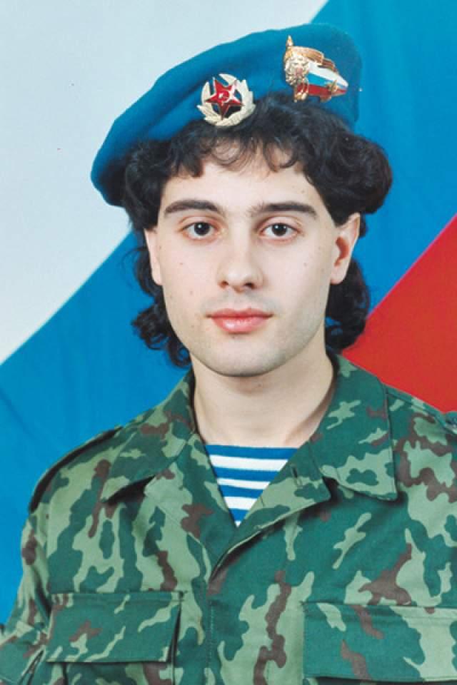 Антон Макарский. Ребенок из актерской семьи по окончании Щукинского училища, где был успешным студентом, принял решение идти в армию.