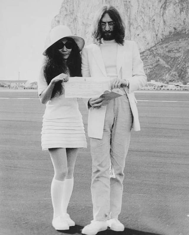 Йоко Оно и Джон Леннон расстались со своими супругами и начали жить вместе в 1968 году. Через год поженились.