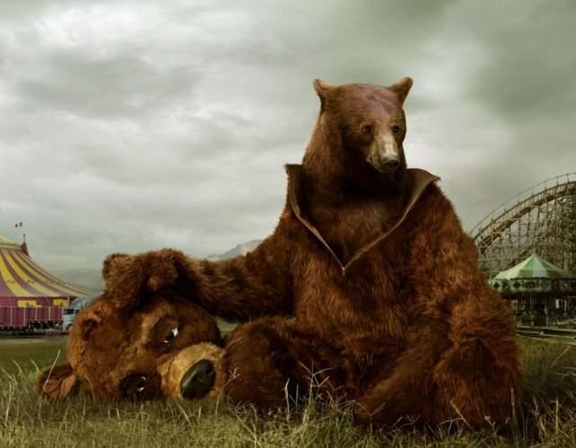 Гости попросили у Йенача разрешения посидеть с ним, и тот согласился. Тут медведь протянул для рукопожатия лапу. Когда Йенач дал руку в ответ, то получил пулю в живот из спрятанного в рукаве пистолета. И тут вся компания выхватила шпаги и принялась резать и колоть.
