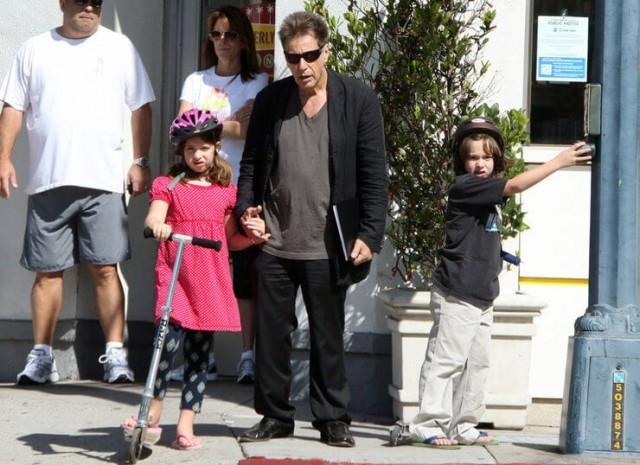 Двойняшки Антон и Оливия от актрисы Беверли Д'Анджело появились на свет в 2001 году - Пачино тогда был 61 год.