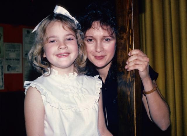 Родители Дрю Бэрримор. Актриса родилась в городе Калвер-Сити штата Калифорния в семье голливудских актеров Джона Дрю Бэрримора и Джейд Бэрримор.