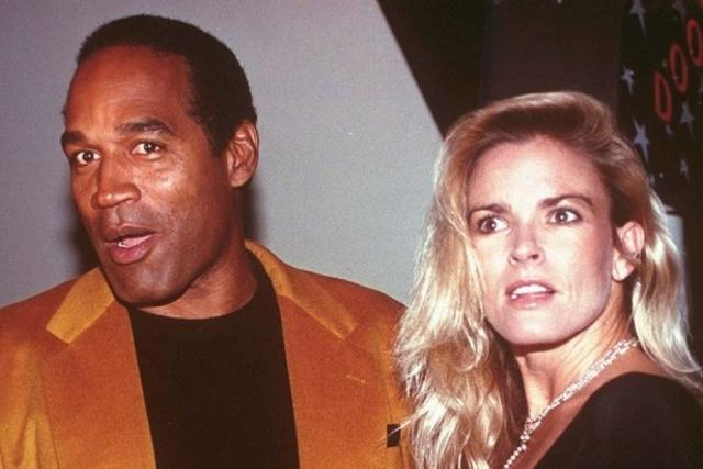 О. Джей Симпсон. Игрок в американский футбол и актер также получил обвинение в убийстве собственной жены Николь Браун и ее приятеля и, возможно, любовника, официанта Рональда Голдмана.
