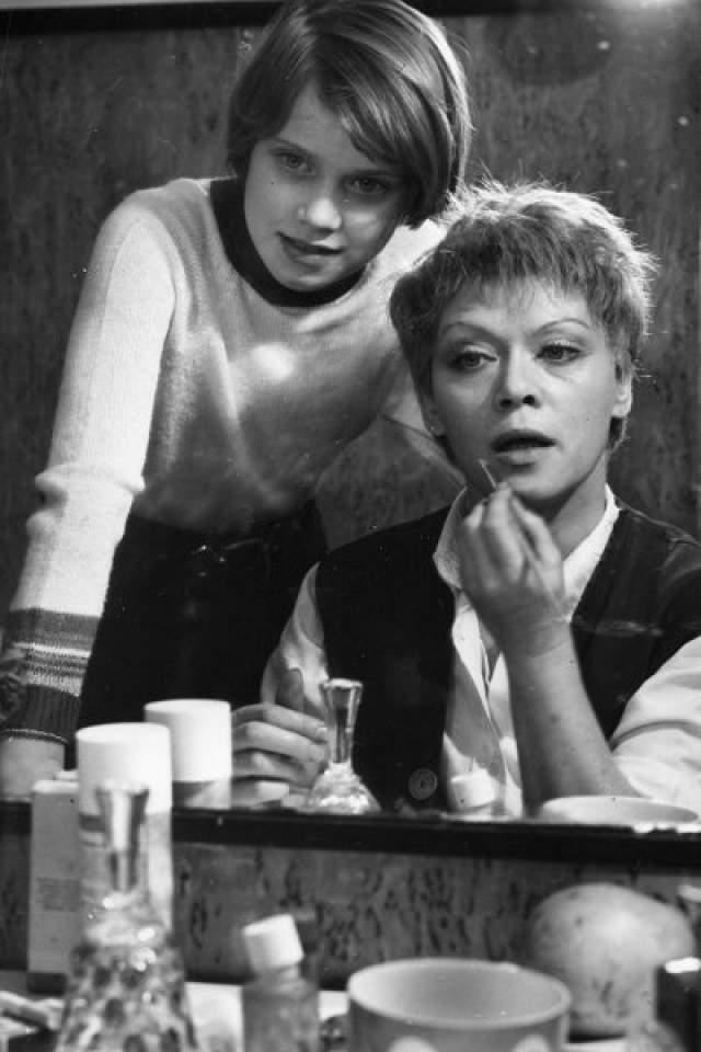 """Алиса Фрейндлих с дочерью Варварой, которая из-за постоянной занятости отца и матери в театре, по ее собственным словам, росла """"закулисным"""" ребенком."""