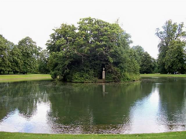 Принцессу Диану похоронили в Альторпе, Северный Хэмпшир, на красивом острове, окруженным небольшим озером, в котором обитают четыре лебедя.