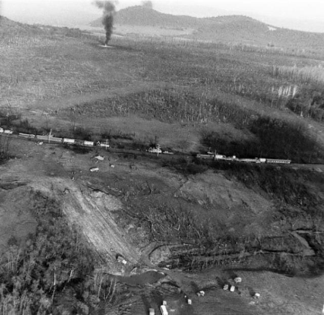 Ударной волной с путей было сброшено 11 вагонов, из них 7 полностью сгорели. Оставшиеся 27 вагонов обгорели снаружи и выгорели внутри.