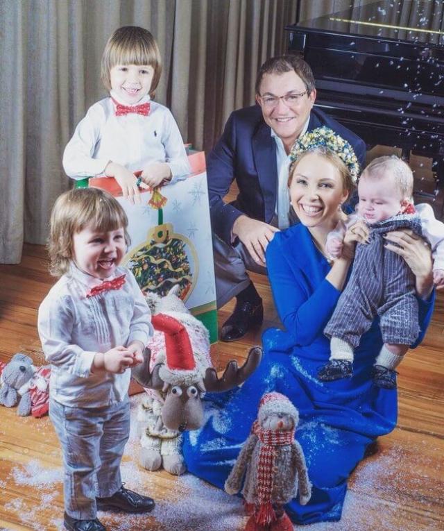 Телеведущий также воспитывает двоих сыновей - пятилетнего Александра и полуторагодовалого Федора - от Полины, а еще у него есть сын Денис и дочь Лада от предыдущих браков.