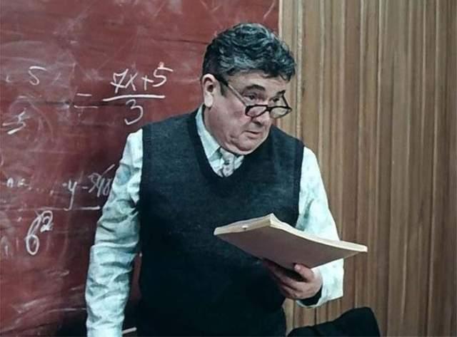 Евгений Весник (Таратар, учитель математики). Народный артист СССР сыграл в сотне картин.