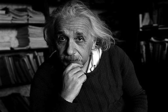 Эйнштейн никогда лично не работал над созданием атомной бомбы – его не пригласили участвовать в Манхэттенском проекте из-за политических взглядов. Но он действительно отправлял письма президенту Франклину Рузвельту, где описывал принцип работы урановой бомбы, о чем позже очень сожалел.