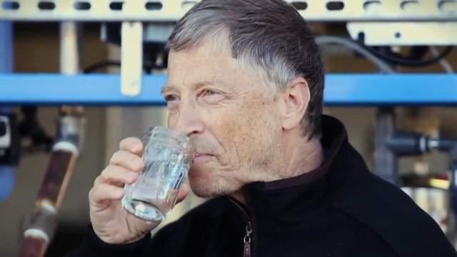 А без очков Гейтс выглядит вот так.