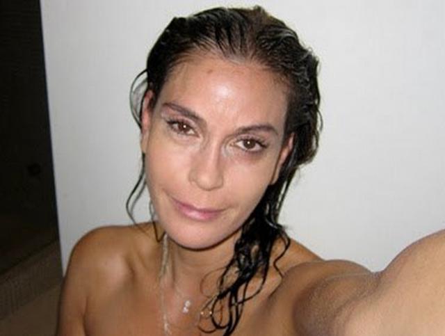 Тери Хэтчер зачем-то выложила снимок самой себя после ванной или душа. Стоит отметить, смотрится актриса в таком виде не важно.