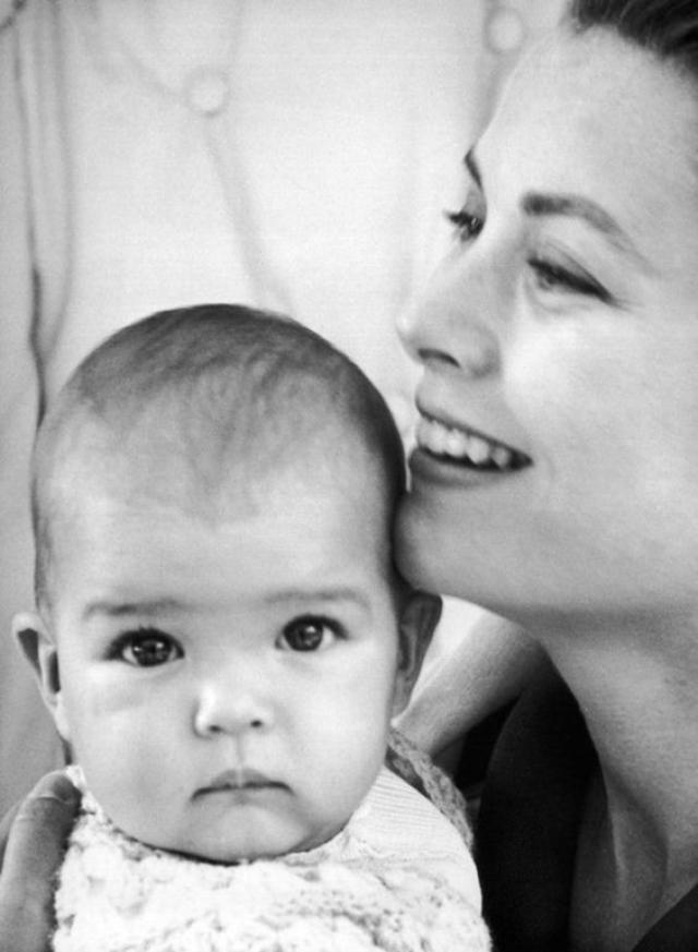 Дочь Грейс Келли принцесса Стефания. Пресса всю жизнь девушки позволяла себе нелестные отзывы о ее внешности: Стефанию называли мужеподобной и нелепой, а также тенью красоты ее матери.