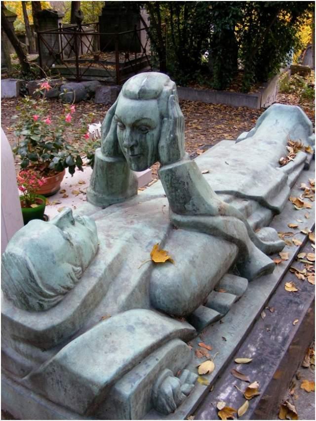 Это надгробный камень музыканта и актера Фернана Арбело , который скончался в 1990 году. Он был похоронен на кладбище Пер-Лашез, а на его надгробном камне изображено, как он держит лицо своей жены, поскольку актер пожелал смотреть на него вечность.